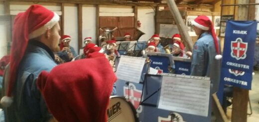 FDF-musikere med nissehuer spiller julemusik