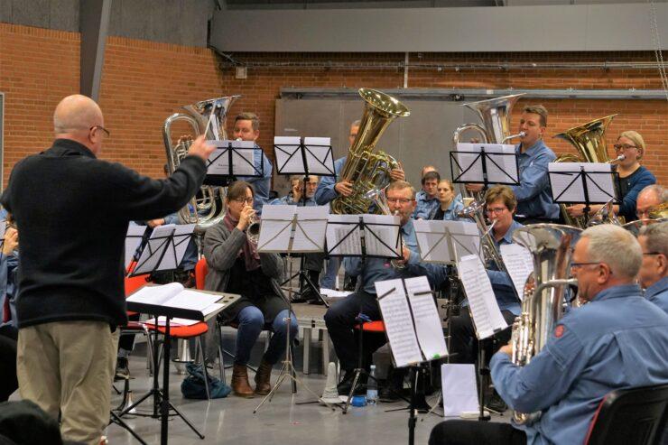Dirigent og orkester i koncert